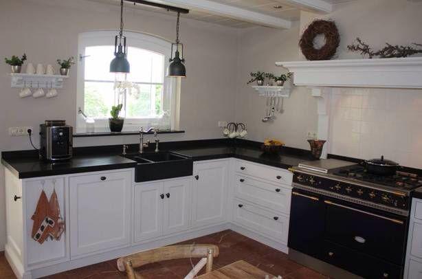 Landelijke keuken met inbouw zwarte wasbak