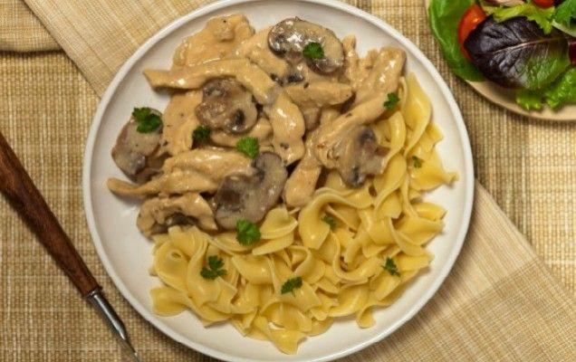 Κοτόπουλο αλά κρεμ με μανιτάρια και ζυμαρικά - iCookGreek