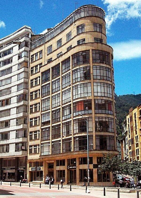 Edificio Monserrate, Avenida Jiménez con 4a, antigua e histórica sede del Diario El Espectador, avenida conocida hoy como eje ambiental. Nótese en el primer piso del edificio vecino la tradicional Librería Lerner.