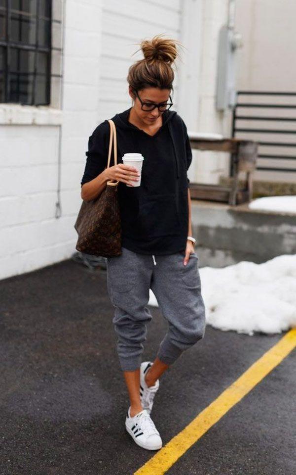 Look com calça jogger, moletom e tênis branco.