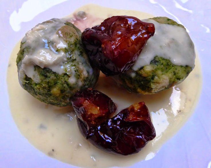 Canederli agli spinaci in salsa al gorgonzola con fichi caramellati Per la ricetta: http://www.frittomistoblog.it/2014/11/canederli-agli-spinaci-in-salsa-al.html