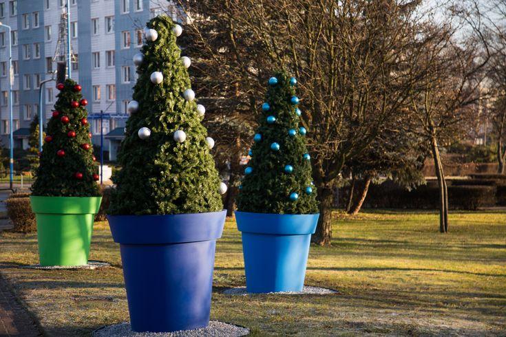Lubin: giganty w świątecznym przebraniu | christmas decor for cities by terrachristmas - giano large flower pot nuno'ni
