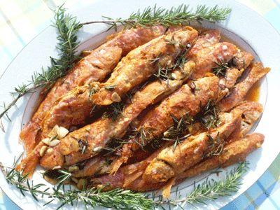 Τηγανητά μπαρμπούνια Σαβόρε στην Πειραϊκή. Fried red mullets With garlic, Vinegar and Rosemary, from the coast of Piraeus