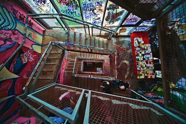 Das Kunsthaus Tacheles war ein Kunst- und Veranstaltungszentrum in der Oranienburger Straße, Berlin Mitte. Es nutzte zw. 1990 und 2012 einen vor dem Abriss geretteten Gebäudeteil des ehemaligen Passage-Kaufhauses Wertheim