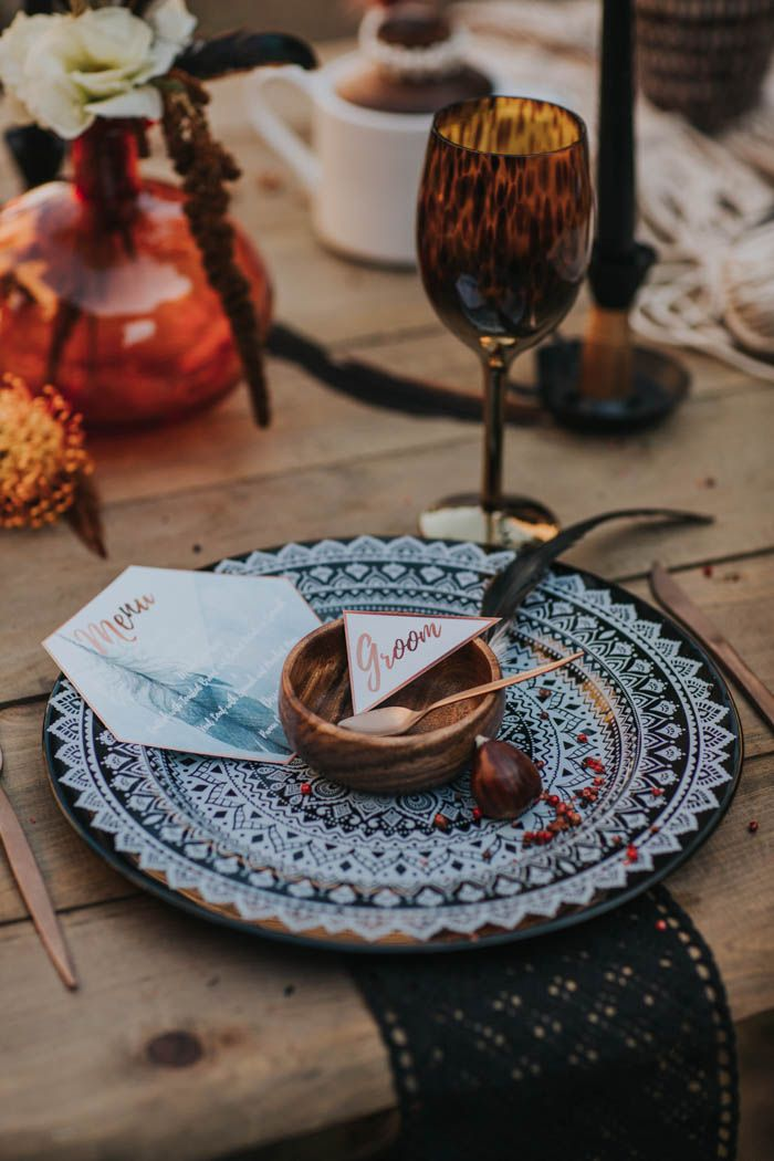 Earthy blue, copper, and black reception place setting | Image by Hugo Coelho Fotografia