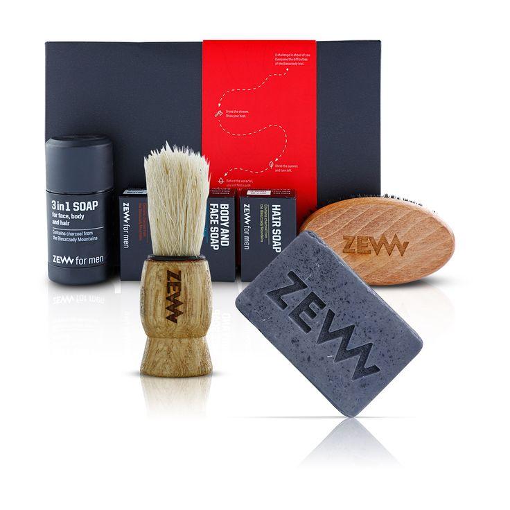 Săpunurile naturale ZEW pentru bărbați conțin cărbune, unul dintre cei mai buni absorbanți ai naturii, ceea ce ajută semnificativ în eliminarea impurităților. Încearcă săpunul multifuncțional conceput pentru spălarea părului, îngrijirea bărbii, ras și curățarea pielii. Sau încearcă un set complet și elegant, echipat cu o perie de bărbierit.