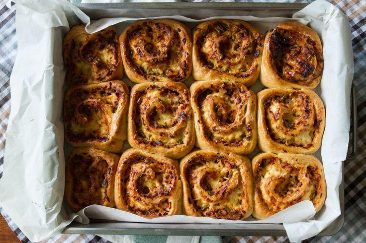 Ρολάκια πίτσας από τον Άκη. Δοκιμάστε μια γρήγορη συνταγή για πίτσα αλλά σε ρολάκια με αφράτη, ιδιαίτερη ζύμη και λαχταριστή σάλτσα και γέμιση.