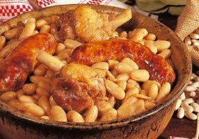 LA MOUNJETADE - cassoulet ariégeois au confit et coco de Pamiers (jarret de porc, saucisson de couenne, saucisses, cuisses d'oie confite, os de jambon, tomates, oignon piqué de clous de girofle, 1 tête d'ail non épluchée, 1 tête d'ail épluchée, bouquet garni, sel/poivre blanc)