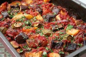 Briam is een Griekse ovenschotel met diverse groenten die als bijgerecht geserveerd wordt. De fetakaas kun je zowel meebakken als er later aan toevoegen. Ingrediënten: - 1 courgette - 1 aubergine - 1 winterwortel - 1 groene en 1 gele paprika - 5 rijpe...