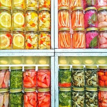 ヨーロッパや欧米の漬物と呼ばれているピクルス。 漬物は日本人にとっては馴染みの深い存在でもあります! 夏野菜を使ってピクルスを作ればとても綺麗な色合いの美味しい野菜が食べられます! 思わず作ってみたくなるような、ピクルスレシピをまとめてみました。