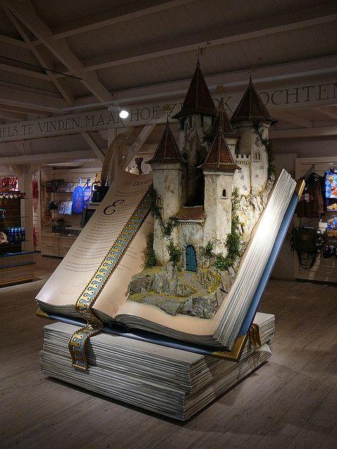 Und so siehts aus wenn aus Geschichten lebendig werden....(Fairy tale book in souvenir shop in Efteling (NL). )