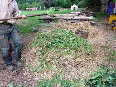 permaculture in brittany: Making compost in 18 days with Geoff Lawton    http://www.permacultureinbrittany.com/2011/12/making-compost-with-geoff-lawton.html#