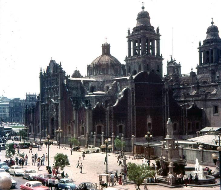 Imagen de la Plaza de Seminario y la fuente de Fray Bartolome de Casas. Parte posterior del Sagrario y Catedral Metropolitana, imagen de la decada de los 60´s