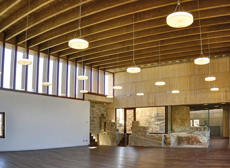 "Salon del compromiso del Castillo de Caspe,""Disc"" light by troll.es"