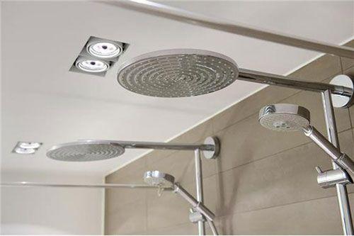 Grote moderne badkamer met dubbele douche
