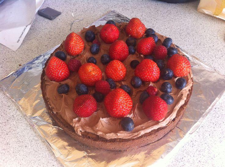 Dumlebrownie med chokoladefrosting og sommerbær