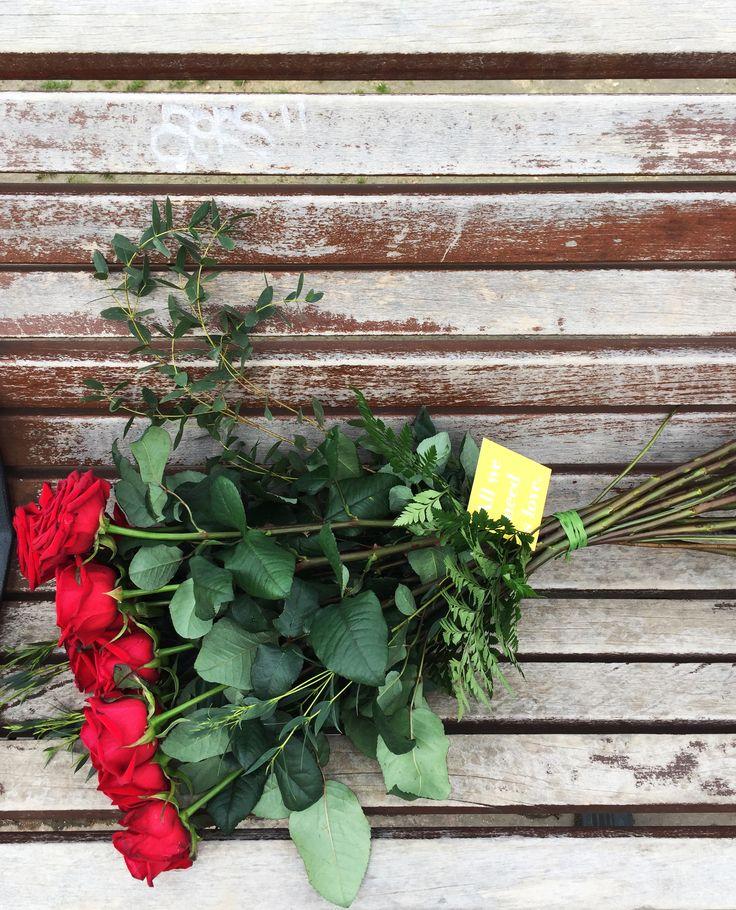 ¡Empieza un día lleno de amor...y de sorpresas! ¡En Bourguignon queremos que San Valentín dure todo el año y que cualquier día sea un buen día para demostrar amor a tus seres queridos con un ramo de flores!  Por eso lanzamos nuestra campaña #allweneedislove y la acompañamos con una sorpresa especial: Durante la mañana de hoy dejaremos ramos de rosas como estos en distintos puntos de Madrid!!