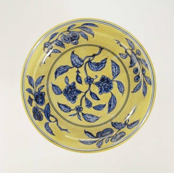 Schotel met bloemtakken in blauw op een geel fond, anoniem, c. 1506 - c. 1521