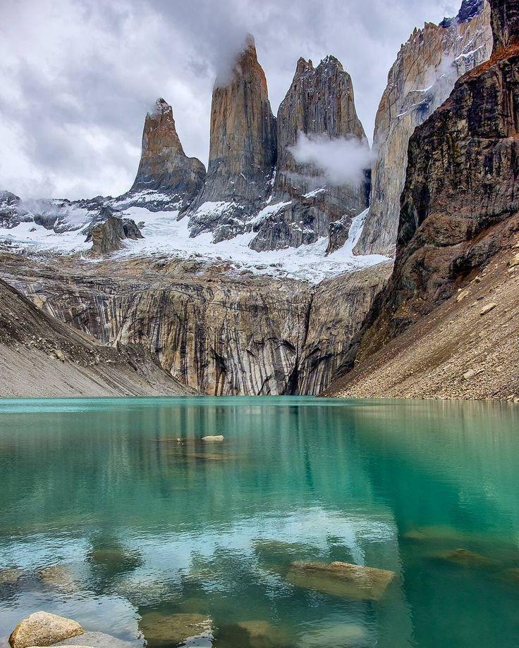 Torres del Paine milli parkı içinde birkaç farklı yürüyüş ve kamp parkuru mevcut. Beş gün içinde tamamlayabileceğiniz bu parkurlar için ücretli ve ücretsiz kamp alanları var fakat ücretsiz kamplardan yararlanabilmek için önceden planlarınızı yapıp rezervasyonlarınızı almanız gerekiyor. Planlarımızı önceden yapamadığımız için kamp yerine günübirlik göl ziyaretimizi yapıp havanın da müsade etmesiyle ünlü tepeleri gördük. Toplamda 25km yürüyüş ile geçen günümüzün detayları son yazımızda…