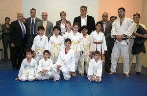 David Douillet visite le Grand Lycée franco-libanais : David Douillet en compagnie des judokas du Grand Lycée franco-libanais et de leur entraîneur Jad Fadel.