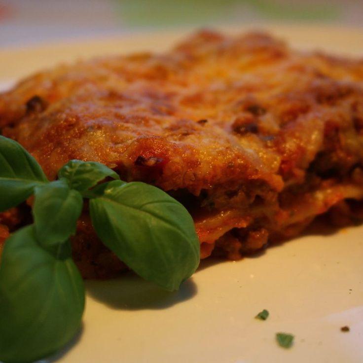 Als er iets vaak op het menu staat, dan is het wel Italiaanse lasagne. De saus die ik maak kun je ook prima gebruiken voor spaghetti of macaroni en vormt tevens een goede basis voor zelfgemaakte tomatensoep. Onthouden dus! En geloof mij, als je deze eenmaal gemaakt... #food #health #juliachallenge