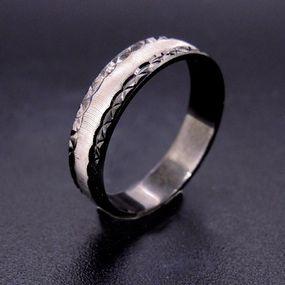 Anello uomo diamantato stile Idro con bordi in rodio nero diamantati a stella. Disponibile anche in argento.