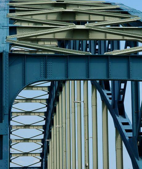 Een brug over de IJssel bij Zwolle, één en al metaal en lijnenspel. Wat mij…