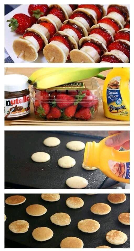 Para um snack rápido e saudável pode optar por espetadas de morangos chocolate e mini panquecas.