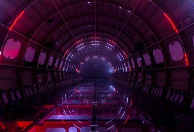 L'installation Porta Estel·lar est née de la collaboration entre l'artiste Eduardo Cajal et le studio audiovisuel Playmodes.  Eduardo Cajal a tout d'abord acheté un vieux fuselage d'un avion de ligne et l'a équipé de roues pour pouvoir le déplacer. Il a fait appel à Playmodes pour réaliser un voyage immersif de 6 minutes à l'aide d'effets sonores et visuels.Ce voyage interstellaire commence avec le décollage, l'observation de l'espace et de nouveaux mondes pour finir par un retour sur Terre.
