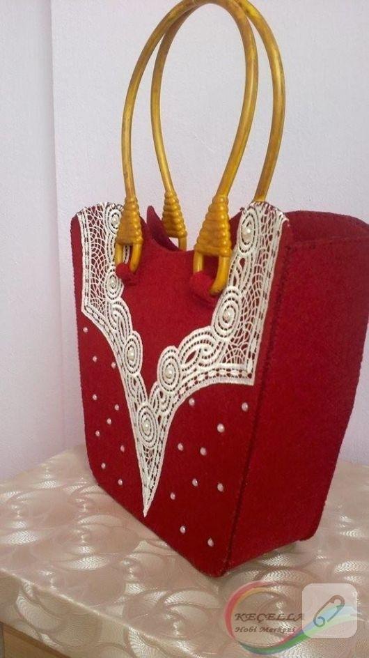 Rote Filztasche mit geschnürtem Ausschnitt