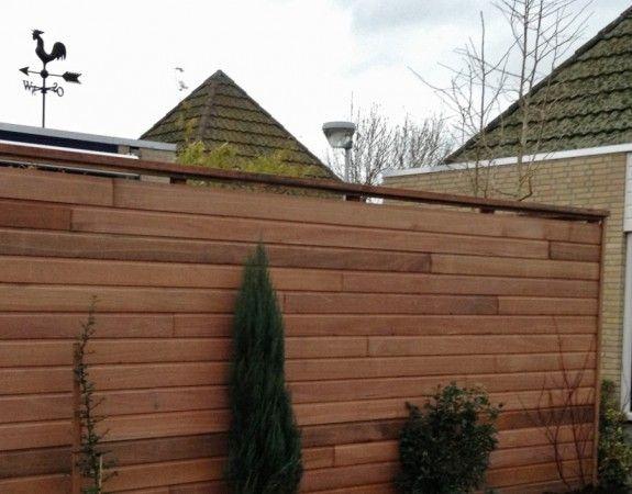 Erfafscheiding van rabatdelen hardhout, geplaatst door Hoveniersbedrijf Neeleman in Capelle a/d IJssel.