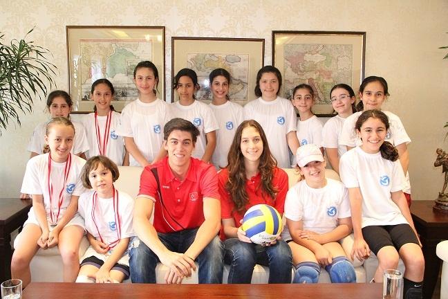Bilfen Okulları öğrencilere voleybolu sevdirmek ve yaygınlaştırmak amacıyla İstanbul genelinde düzenlediği 'Mini Voleybol Şenliği'nin bu yıl 6'ıncısını gerçekleştirdi. Öğrenciler madalyalarını milli voleybolcular Ali Berkin Sağır, Ceylan Arısan ve Ali Peçen'in elinden aldı.