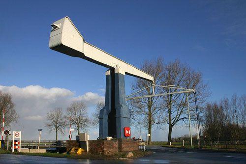 Deze bijzondere ophaalbrug over het Boterdiep ligt in de bocht van de Willemstreek nabij Ellerhuizen. Hij stamt uit de jaren 1927-1929. De brug heeft maar één balansarm vanwege de scheve overbrugging. Hij is in opdracht van Provinciale Waterstaat Groningen gebouwd door aannemer J.W. Formsma uit Bedum.