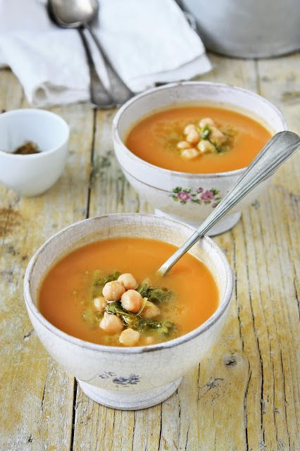 Pratos e Travessas: Butternut squash soup with chickpeas, collard greens sprouts and cumin