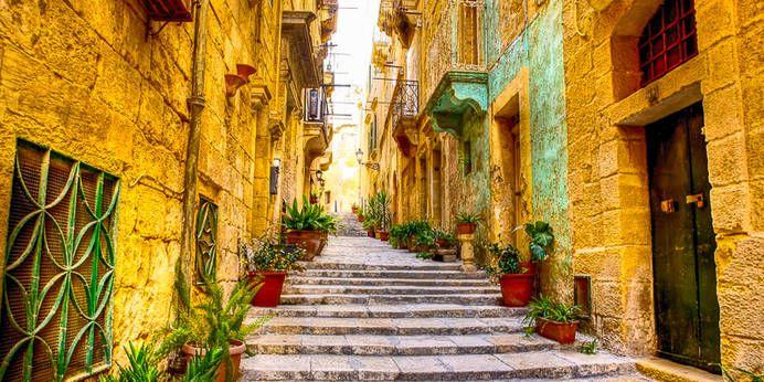 Typisches Strassenbild einer Gasse in der Stadt Valetta, Malta