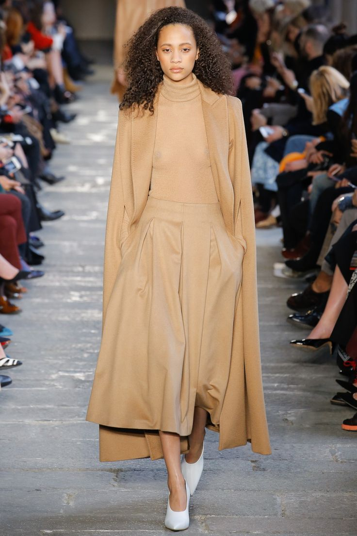 Max Mara Fall 2017 Ready-to-Wear Fashion Show - Selena Forrest