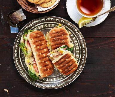 En perfekt lunchmacka, fylld med en röra gjord på ägg, majs och tonfisk. Toppa med tunna tomatskivor, två eller tre salladsblad och lagom mycket ost – sen behövs bara en vända i mackgrillen!