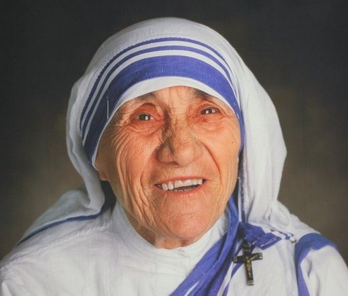 Mère Teresa : En 1928, à l'âge de dix-huit ans, elle entre à l'Institut des Sœurs de Lorette, en Irlande. En 1929 elle est envoyée à Calcutta.