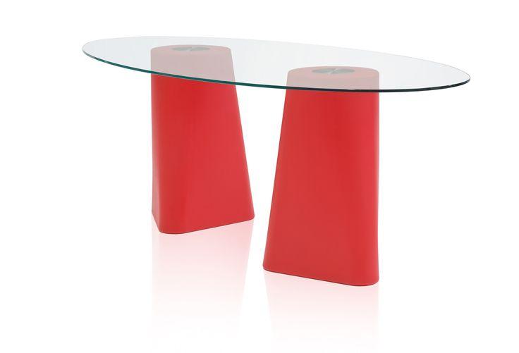 Adam è un tavolo da pranzo perfetto sia per la casa che per il giardino o il terrazzo. Il suo basamento di polietilene stampato in rotazionale ha un aspetto massiccio, reso però dinamico dalla forma ottenuta dalla transizione di un triangolo in un cerchio ed è disponibile in due altezze differenti (72 oppure 102 centimetri).