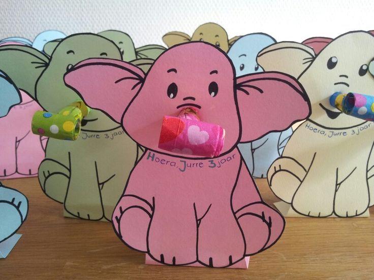 Traktatie van Jurre op psz: olifant met roltong als neus en doosje rozijnen aan de achterkant. Het doosje is met plakband gepakt op het omgevouwen gedeelte, zodat het geheel blijft staan. Suc6!: