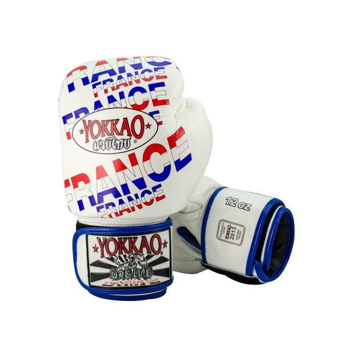 <ul>  <li>guanti Yokkao Muay Thai Boxe</li>  <li>cuoio di stampa di alta qualità premia</li>  <li>Modello bandiera francese</li>  <li>Completamente a mano in Thailandia</li>  <li>cuoio di stampa di alta qualità</li>  <li>chiusura in velcro è lo standard, pizzo Chiusura su richiesta</li>  <li>Formato disponibile da 6 once a 18 once</li> </ul> Per personalizzare il guantone sinistro con un massimo di 10 lettere acquistare l'apposito pacchetto dal costo di 7,00€.  Per ...