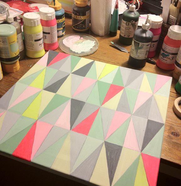 Det færdige akrylmaleri på mit arbejdsbord. Harlekintern inspireret af Ferm Living i sarte pastelfarver og rød neon. Fotograf: Susanne Randers