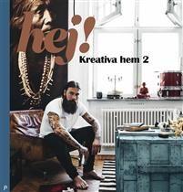 Nu gläntar Sveriges mest kreativa hushåll på dörrarna igen.Nu är den äntligen här  del två i bokserien Hej! Kreativa hem. Här får ni följa med till högst personliga, varma och inbjudande hem som inte riktigt följer de vanliga inredningsramarna  där det bor kreativa människor som inte bryr sig så mycket om trender, utan vill omge sig med saker som just de gillar. Svenska inredare, konstnärer, fotografer, designers och livskonstnärer berättar öppenhjärtigt i långa intervjuer om hur de hamnat…