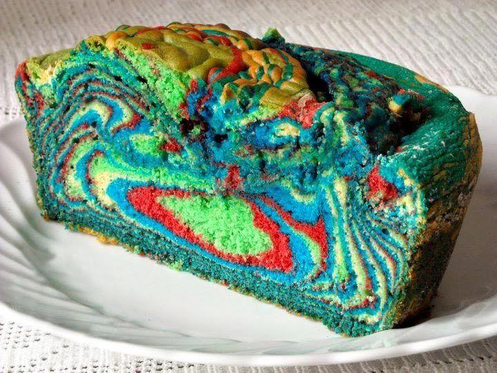 Ma se avessimo voglia di qualcosa di diverso dai tipici dolci di Carnevale? Inoltre, non tutti sono amanti di frittelle & co.  Per restare nel clima festoso e burlesco vi proponiamo una ricetta che porterà un arcobaleno di colori nel vostro dopocena: la torta Arlecchino.