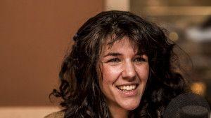 Cheveux bouclés et grand sourire