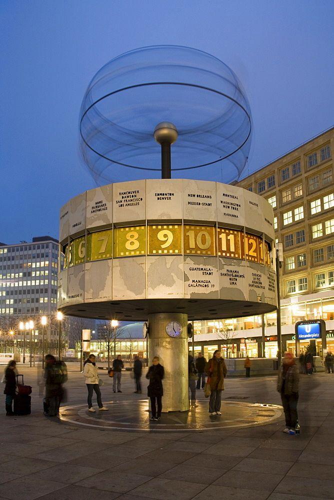 Reloj mundial en el Alexanderplatz, Mitte, Berlín, Alemania, Europa