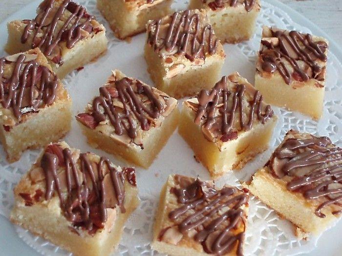 BLONDE BROWNIES met witte chocolade  Smelt 225 gr boter en 180 gr witte chocolade op een laag vuur in een steelpan. Klop ondertussen 4 eieren met 400 gr suiker, 250 gr bloem, 1 theelepel zout en 1 theelepelvanille-extract in een kom, meng dit samen met het  boter mengsel en bestrooi met  witte/bruine chocoladestukjes en/of nootjes. Bak 30 tot 35 minuten in de voorverwarmde oven van 175 ºC
