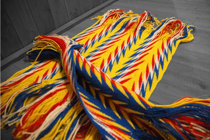 Samare – Tapis Surface Fléchée (technique traditionnelle de tissage de laine). Composé de quatre designers, le collectif montréalais Samare s'approprie les éléments traditionnels…