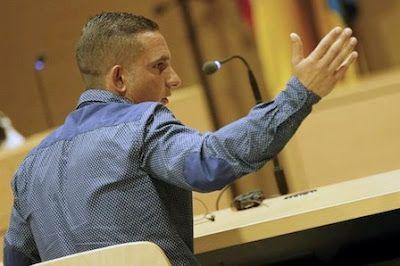 """El soldado acusado de matar a un hombre en el parque Doramas: """"No soy un monstruo, me defendí"""". Asegura que actuó en legítima defensa, porque la víctima, a la que no conocía, le tiró una piedra en la cabeza por no querer sexo. EFE   Canarias Ahora, El Diario, 2017-05-22 http://www.eldiario.es/canariasahora/tribunales/soldado-acusado-Doramas-monstruo-defendi_0_646386109.html"""