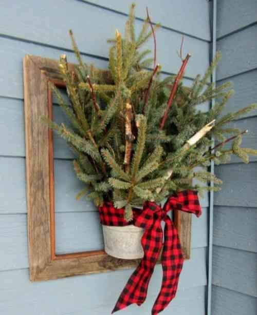 une decoration florale de noel avec un pot et des brances de sapin